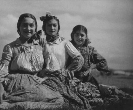 Women of Pulika's kumpania, Rosa (left) and Simza   (right)